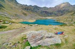 Les gens trimardant à l'amorce d'Estany dans Tristaina, Andorre Image stock