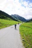 Les gens trimardant par le paysage alpin de la vallée de Zillertal Photographie stock