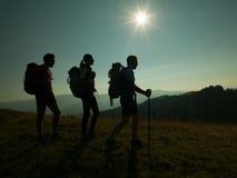 Les gens trimardant sur la montagne Photographie stock