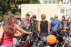 Les gens unis en des motos images stock
