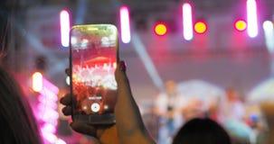 Les gens utilisent la vidéo record de téléphones intelligents au concert de musique clips vidéos