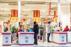 Les gens vérifient au supermarché local Photo libre de droits