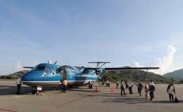 Les gens venant aux avions à l'aéroport de Condao dans Vungtau, Vietnam Image stock