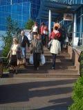 Les gens venant ou allant pour acheter des épiceries au marché Photo stock