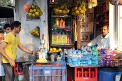 Les gens vendant des boissons non alcoolisées et d'autres boissons régénératrices sur les rues dans Kolkata Image stock