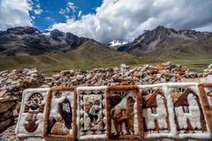 Les gens vendant des couvertures au marché de Raya de La, Cusco, Pérou Photographie stock