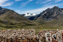 Les gens vendant des couvertures au marché de Raya de La, Cusco, Pérou Photographie stock libre de droits
