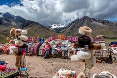 Les gens vendant des couvertures au marché de Raya de La, Cusco, Pérou Image stock
