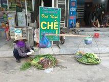 Les gens vendant des légumes sur la rue dans Thai Nguyen, Vietnam image stock