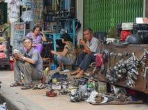 Les gens vendant des outils au marché extérieur images stock