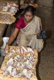 Les gens vendant des poissons à un marché en plein air, marché quotidien de canalisation Photos libres de droits
