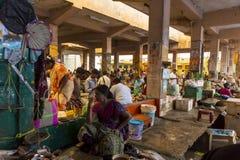 Les gens vendant des poissons à un marché en plein air, marché quotidien de canalisation Photo libre de droits