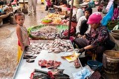 Les gens vendant la nourriture au marché. Cambodge Image stock
