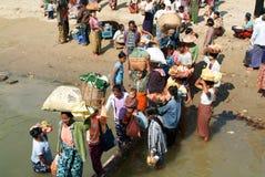 Les gens vendant la nourriture sur la berge d'Ayeyarwady Images stock