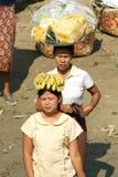 Les gens vendant la nourriture sur la berge d'Ayeyarwady Image libre de droits