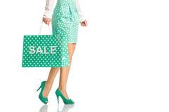 Les gens, vente, concept noir de vendredi - femme avec des paniers Photographie stock libre de droits
