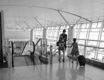 Les gens viennent à la porte d'embarquement chez Tan Son Nhat Airport, Saigon, Vietnam Image libre de droits