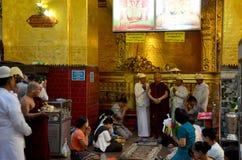 Les gens viennent pour voyager et prier le rituel débute image stock