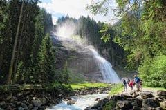 Les gens visitant des cascades de Krimml en haut parc national taunern Photographie stock