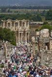Les gens visitant et appréciant la bibliothèque Celsius antique dans Ephesus photographie stock