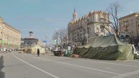 Les gens visitant la place de Maidan - Euromaidan clips vidéos