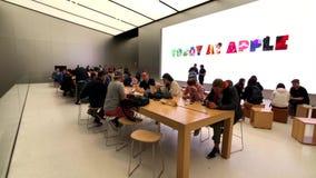 Les gens visitant le magasin d'Apple au centre ville banque de vidéos