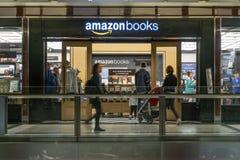 Les gens visitant le magasin de livres d'Amazone Image stock