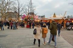 Les gens visitant le marché traditionnel de Noël près de Bellevue à Zurich photo stock