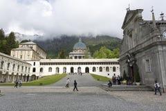 Les gens visitant le sanctuaire d'Oropa le ressort en Italie photos libres de droits
