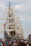 Les gens visitant les bateaux grands Photo libre de droits