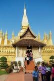 Les gens visitent ce Luang Stupa à Vientiane, Laos photo stock