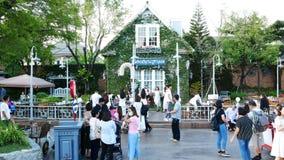 Les gens visitent et dinent au parc et au restaurant de ville de chocolat à Bangkok, Thaïlande Le decoratio de parc et de restaur