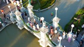 Les gens visitent et dinent au parc et au restaurant de ville de chocolat à Bangkok, Thaïlande Le decoratio de parc et de restaur clips vidéos