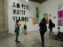 Les gens visitent l'art et l'exposition de livre dans le musée d'arsenal à Kiev photos stock