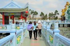 Les gens visitent la pagoda chinoise au Vietnam photographie stock libre de droits