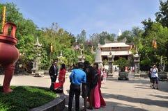 Les gens visitent la pagoda le premier jour de la nouvelle année lunaire au Vietnam Photo libre de droits