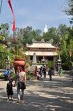 Les gens visitent la pagoda le premier jour de la nouvelle année lunaire au Vietnam Image libre de droits