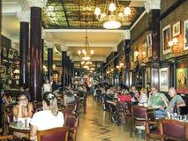 Les gens visitent le café antique Tortoni à Buenos Aires Photographie stock libre de droits