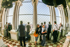 Les gens visitent le dessus du campanile au marco de San de plaza Photo libre de droits