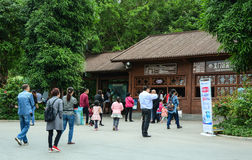 Les gens visitent le jardin botanique à Nanning, Chine Image stock