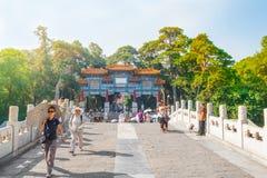 Les gens visitent le palais d'été impérial Yiheyuan, Pékin photographie stock