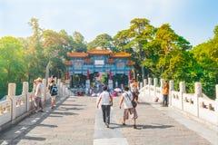 Les gens visitent le palais d'été impérial Yiheyuan, Pékin photographie stock libre de droits