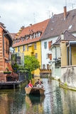 Les gens visitent peu de Venise à Colmar, France Photos stock