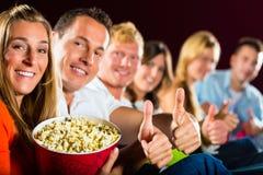 Les gens voient un film dans le cinéma et ont l'amusement Photos stock