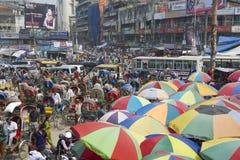 Les gens vont à l'achat au vieux marché dans Dhaka, Bangladesh images libres de droits