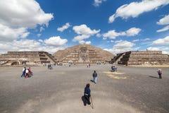 Les gens vont à la pyramide de la lune mexico Image libre de droits
