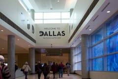 Les gens vont à la sortie d'aéroport de Dallas Love Field Photographie stock libre de droits