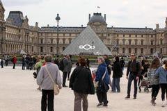 Les gens vont au musée célèbre de Louvre le 27 avril, Image stock