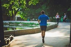 Les gens vont chercher dedans des sports chaque matin au parc de Gorki images libres de droits