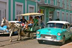 Les gens voyageant dans un chariot de cheval au Cuba Photographie stock libre de droits
